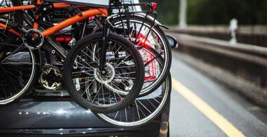 Imagen de coche en carretera con portabicicletas